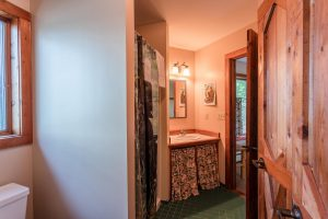 otter-creek-lodge-pequot-huron-bathroom